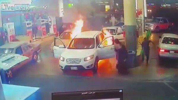 Benzin istasyonunda alev alan araba paniğe sebep oldu - Sputnik Türkiye