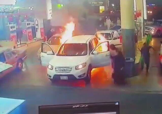 Benzin istasyonunda alev alan araba paniğe sebep oldu