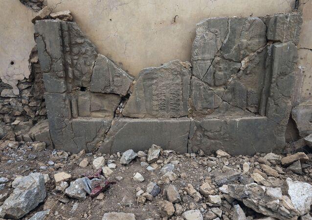 Irak'taki Nimrud antik kentindeki taş levhalar.