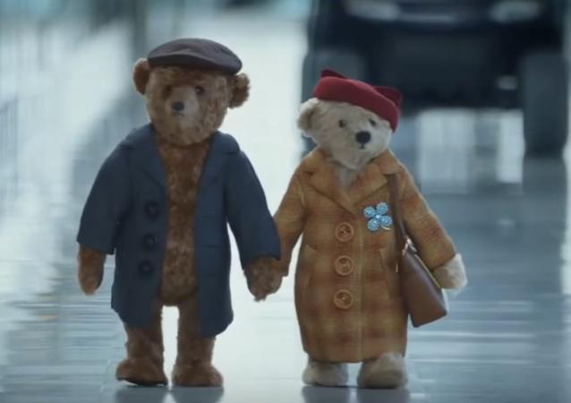 Noel'e yaklaşırken İngiltere'nin başkenti Londra'daki Heathrow Havalimanı, 'göz yaşartan' bir reklam yayınladı.