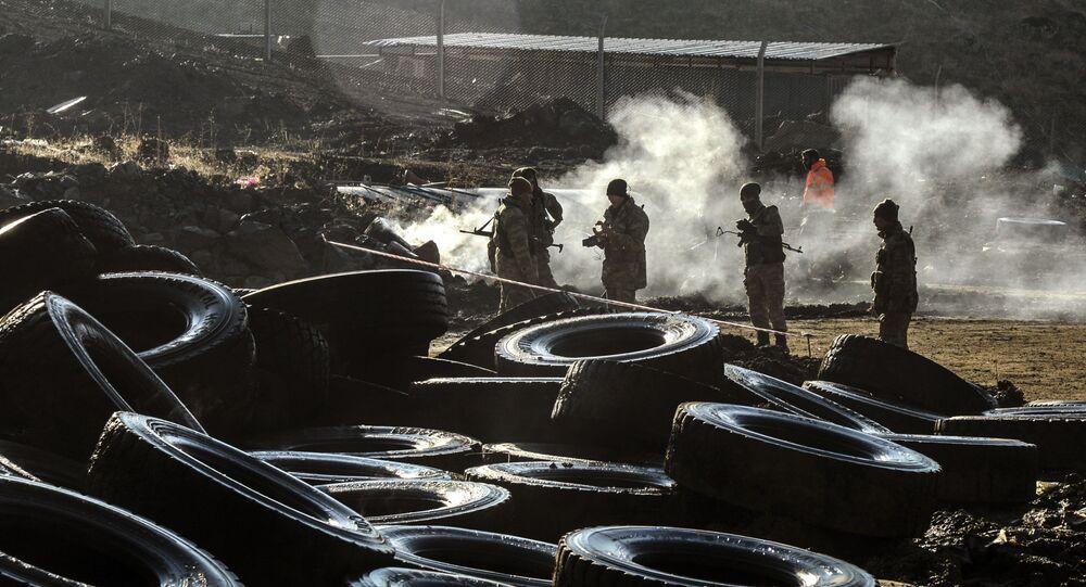 Askerler, Siirt Şirvan'da heyelan altında kalan bakır madenini inceliyor.