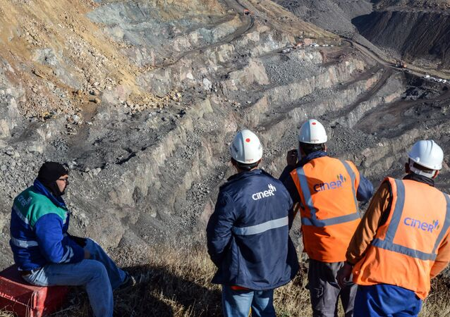İşçiler, Siirt Şirvan'da heyelan altında kalan bakır madenini inceliyor.