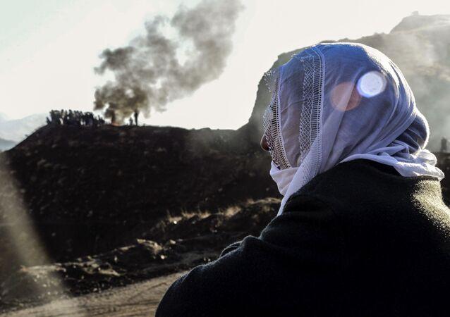 Siirt Şirvan'da özel bir bakır maden ocağında heyelan altında kalan madencinin yakınını.