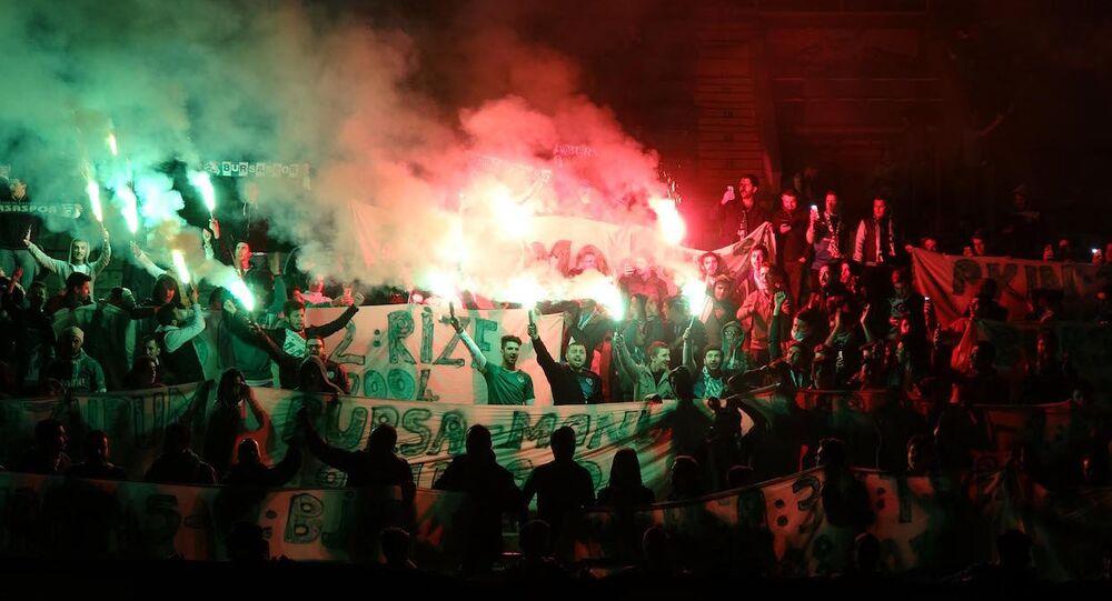 Bursaspor taraftarlarından Atatürk Stadı'na meşaleli veda