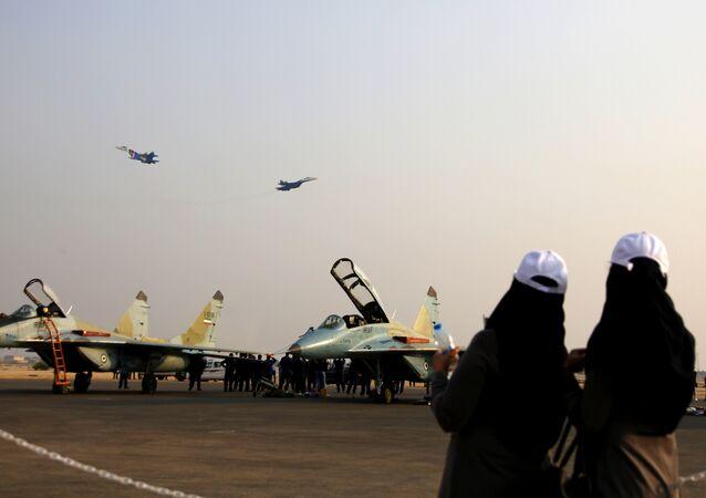 Kiş Adası'ndaki havacılık fuarı / Su-27 jetleri