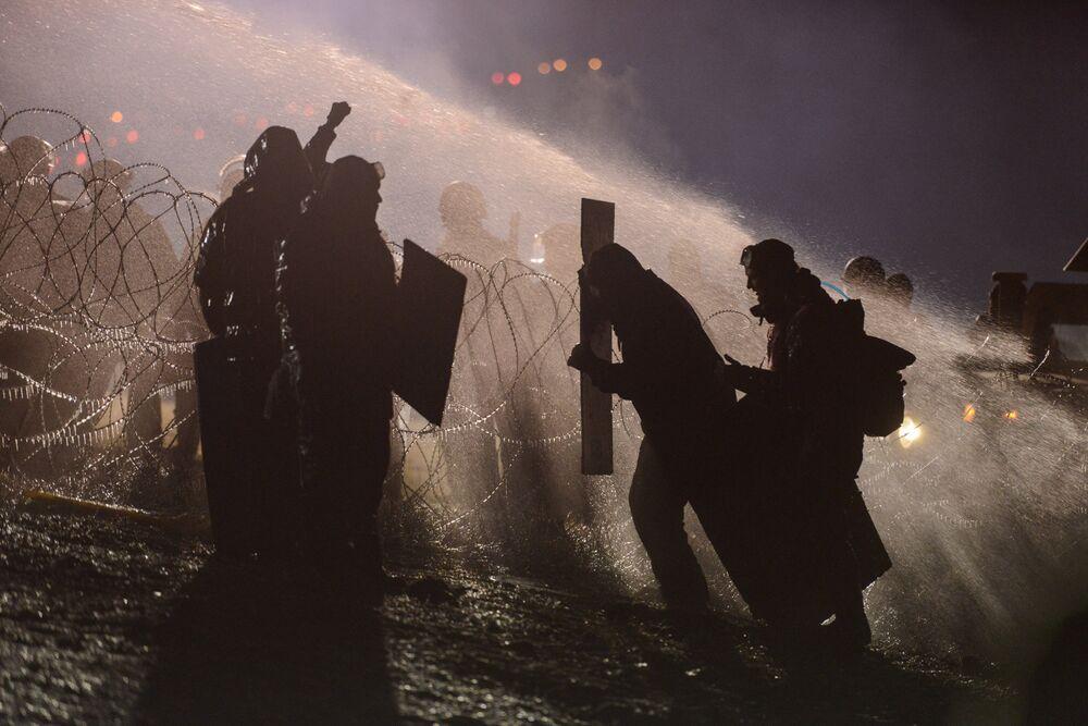 Polis, Kuzey Dakota'daki eylemcilere tazyikli suyla müdahalede bulundu.