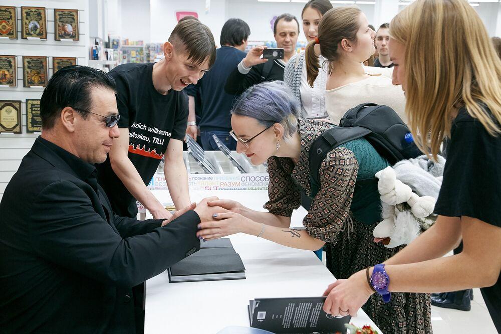Rusya'da son derece popüler olan Alman metal müzik grubu Rammstein'ın solisti Till Lindemann, şiir kitabının tanıtımı için Moskova'ya geldi.