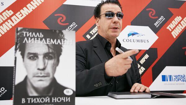 Rusya'da son derece popüler olan Alman metal müzik grubu Rammstein'ın solisti Till Lindemann, şiir kitabının tanıtımı için Moskova'ya geldi. - Sputnik Türkiye