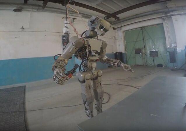 Rus avatar robot FEDOR testere kullanmayı öğrendi