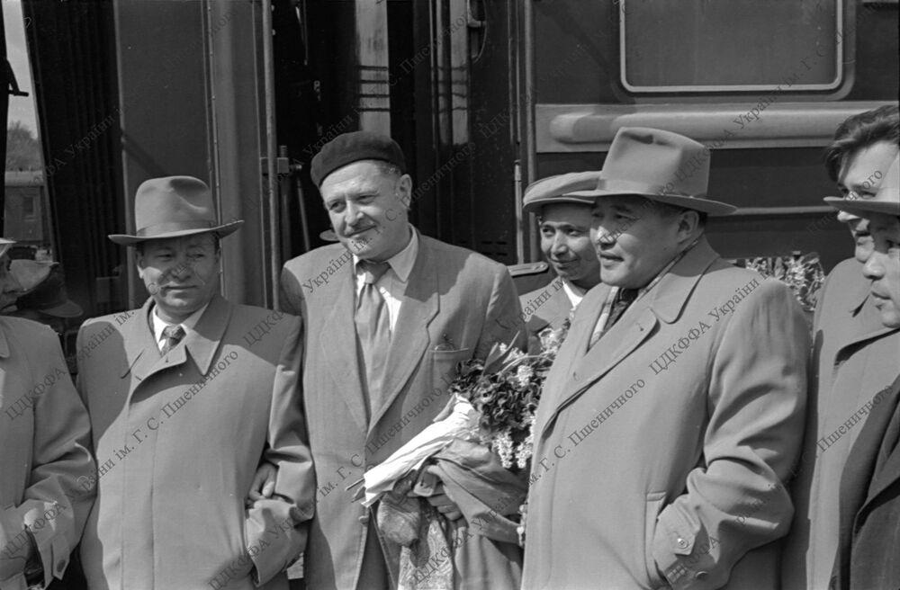 Akademisyen Mahir Aslan ve gazeteci Sonat Kerem, Nazım Hikmet'in 1954 yılında ziyaret ettiği Kiev'de çekilen fotoğraflarını ortaya çıkardı.