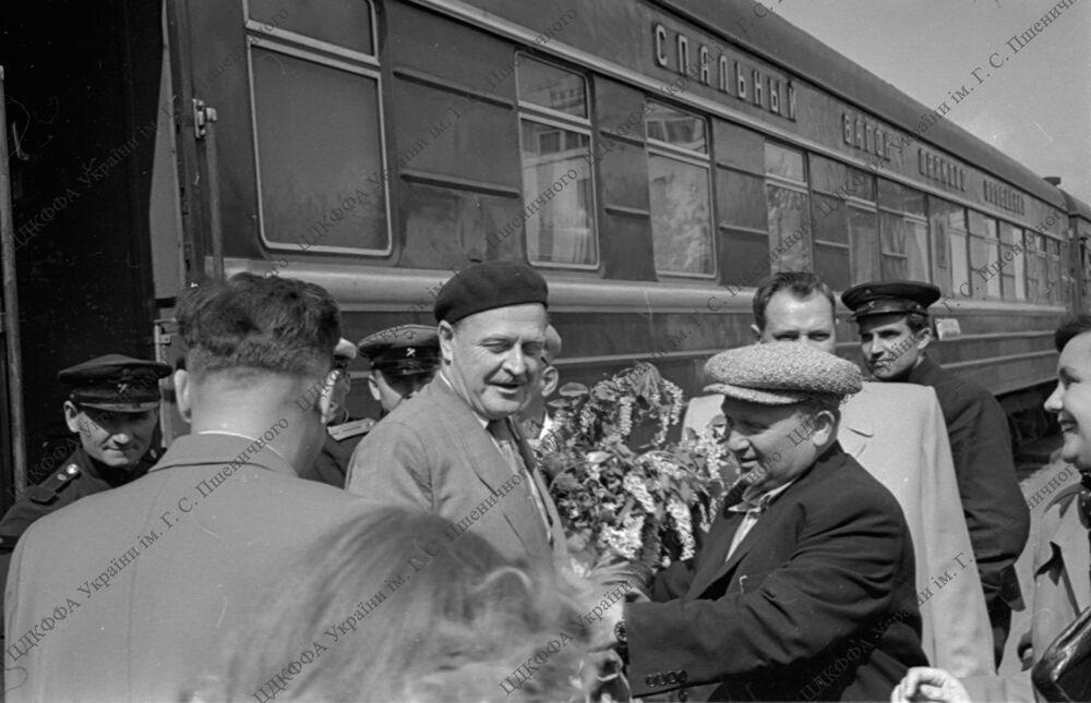 Nazım Hikmet, Ukrayna'nın Rusya ile birleşmesinin 300. yıl dönümü etkinliklerine katılmak üzere 1954 Mayıs'ında Ukrayna'nın başkenti Kiev'i ziyaret etmişti.