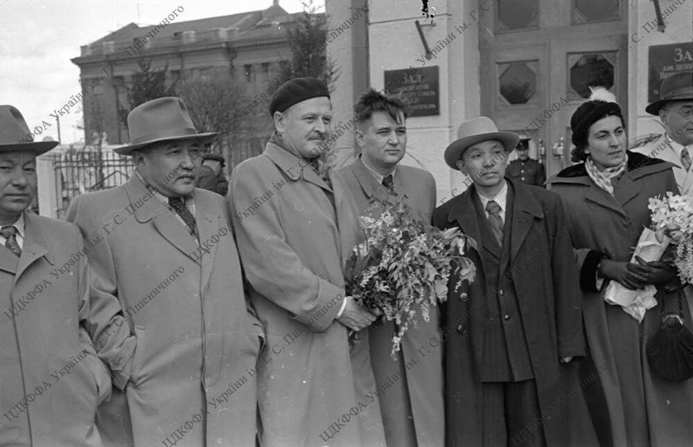'Romantik komünist' ve 'romantik devrimci' olarak anılan Nazım Hikmet, siyasi düşünceleri yüzünden defalarca tutuklanmış ve yetişkin yaşamının büyük bölümünü hapiste ya da sürgünde geçirmiştir. Şiirleri elliden fazla dile çevrilmiş ve eserleri birçok ödül almıştır.