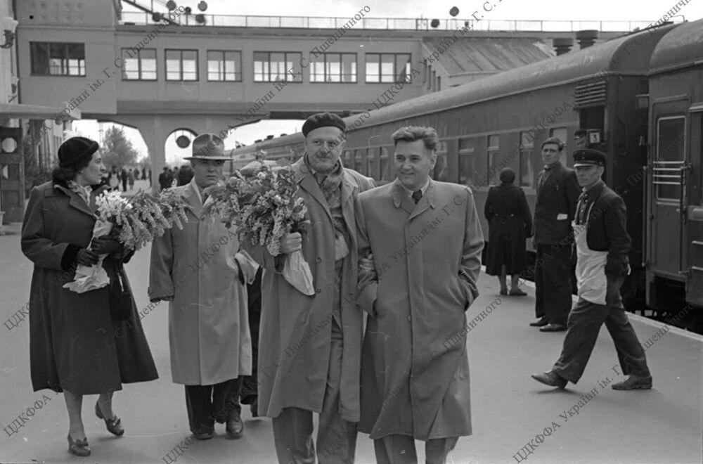 Şiirleri yasaklanan ve yaşamı boyunca yazdıkları yüzünden 11 ayrı davadan yargılanan Nazım Hikmet, İstanbul, Ankara, Çankırı ve Bursa cezaevlerinde 12 yılı aşkın süre yattı.1951 yılında Türk vatandaşlığından çıkarıldı. Ölümünden 46 yıl sonra, 5 Ocak 2009 tarihli Bakanlar Kurulu kararı ile yeniden Türk vatandaşlığına alındı. Mezarı Moskova'da bulunmaktadır.