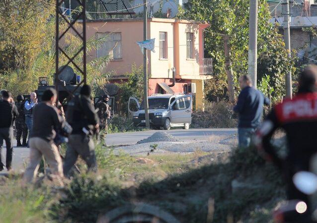 Adana'da bomba düzeneği olduğu değerlendiren araç ele geçirildi