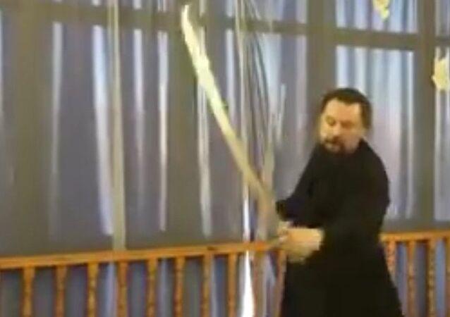 Rusya'nın Yamalo-Nenets Özerk Bölgesi'ndeki Gubkinskiy kentindeki Aziz Nikolay Kilisesi'nin başrahibi Valeriy Kolesnikov kılıç kullanmadaki becerisiyle izleyenleri büyüledi.