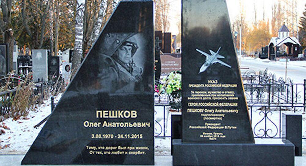 Düşürülen Rus uçağının pilotu Oleg Peşkov'un anıt mezarı