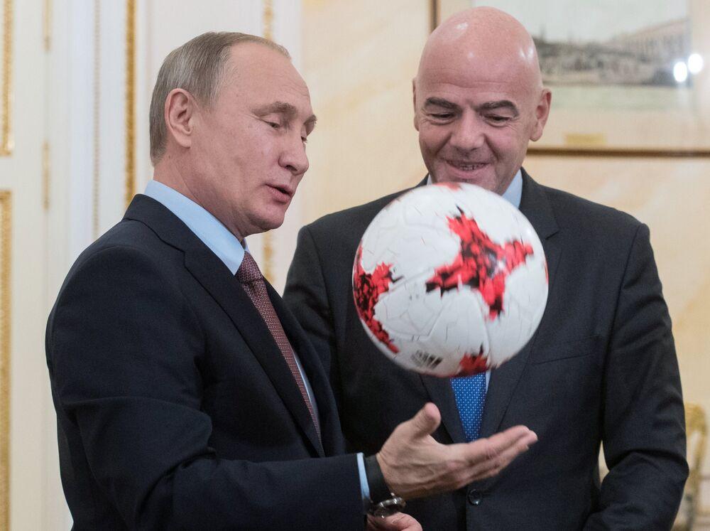 Rusya Devlet Başkanı Vladimir Putin, FIFA Başkanı Valentina Infantino ile Moskova'da bir araya geldi. Infantino, Putin'e Rusya'nın ağırlayacağı 2017 Konfederasyon Kupası için tasarlanan bir futbol topu hediye etti.