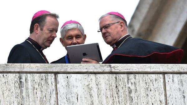 Vatikan'da iPod'a bakan piskoposlar. - Sputnik Türkiye