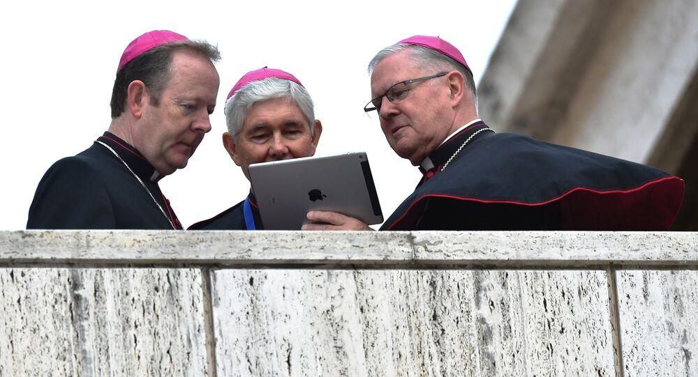 Vatikan'da iPod'a bakan piskoposlar.