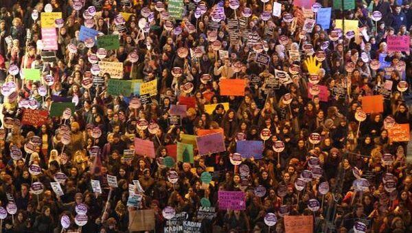 Taksim - 25 Kasım Kadına Yönelik Şiddete Karşı Uluslararası Dayanışma ve Mücadele Günü - Sputnik Türkiye
