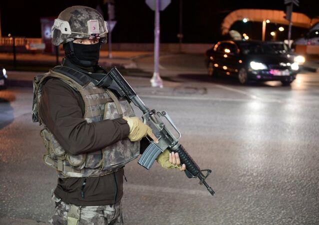 Gaziantep'in merkez Karataş ve Alleben Göleti civarında patlama sesi duyulması üzerine olay yerine polis ve itfaiye ekipleri sevk edildi. Olayın ardından polis ekipleri kentin işlek caddelerinde önlem aldı.