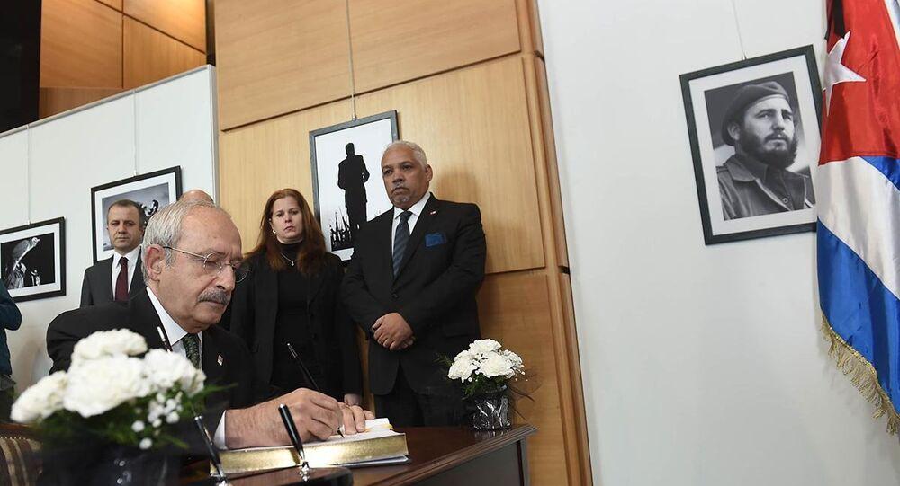 CHP Genel Başkanı Kemal Kılıçdaroğlu, Küba devriminin lideri Fidel Castro'nun vefatı dolayısıyla, Küba'nın Ankara Büyükelçiliğine taziye ziyaretinde bulundu.