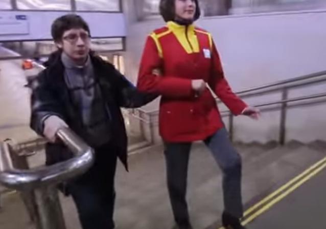Ice Bucket Challenge (bir kova buz) kampanyasının ardından son günlerde en öne çıkan 'canlı heykel' modası Mannequin Challenge'a Moskov Metrosu da katıldı.
