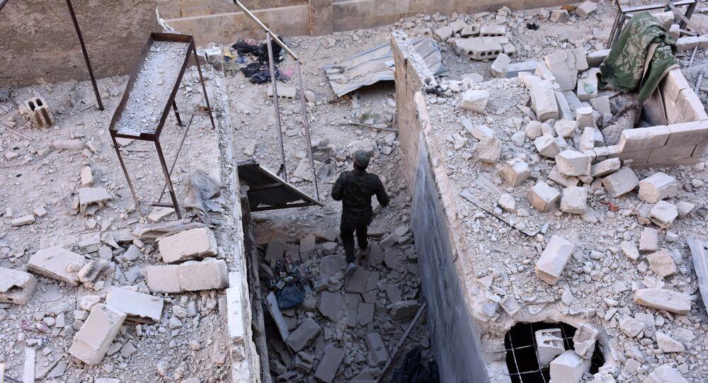 Halep'teki Hanono mahallesinde bir Suriye askeri devriye geziyor