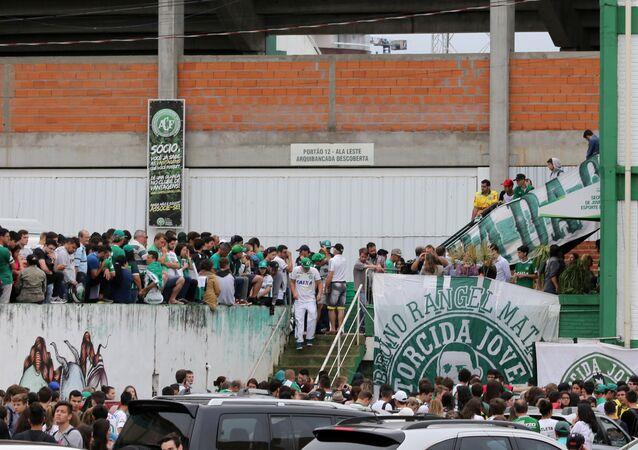Chapecoense'li taraftarlar, kaza haberini alır almaz takımlarının stadının önünde toplandı.
