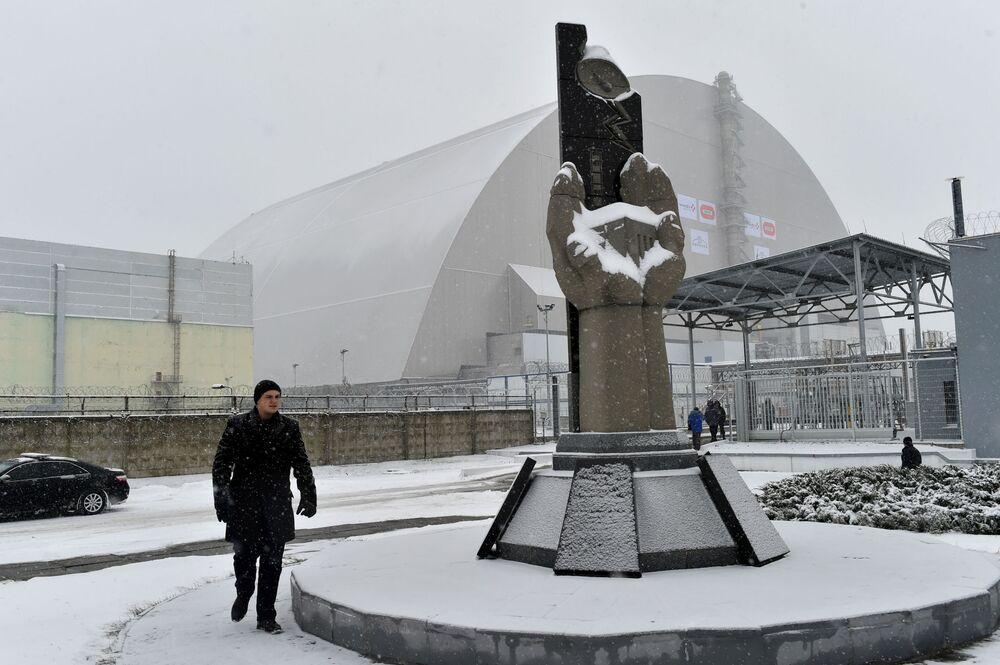 Çernobil kazasının izlerini silme çalışmalarına katılan uzmanların anısına dikilen anıt.