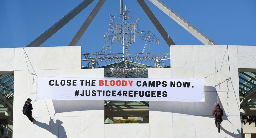 Avustralya Parlamentosunda sığınmacılara destek pankartı