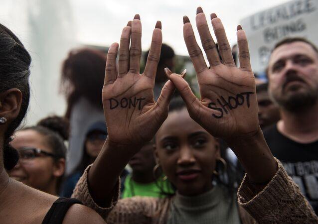 Keith Lamont Scott'ın öldürülmesini Charlotte kentinde protesto eden bir eylemci