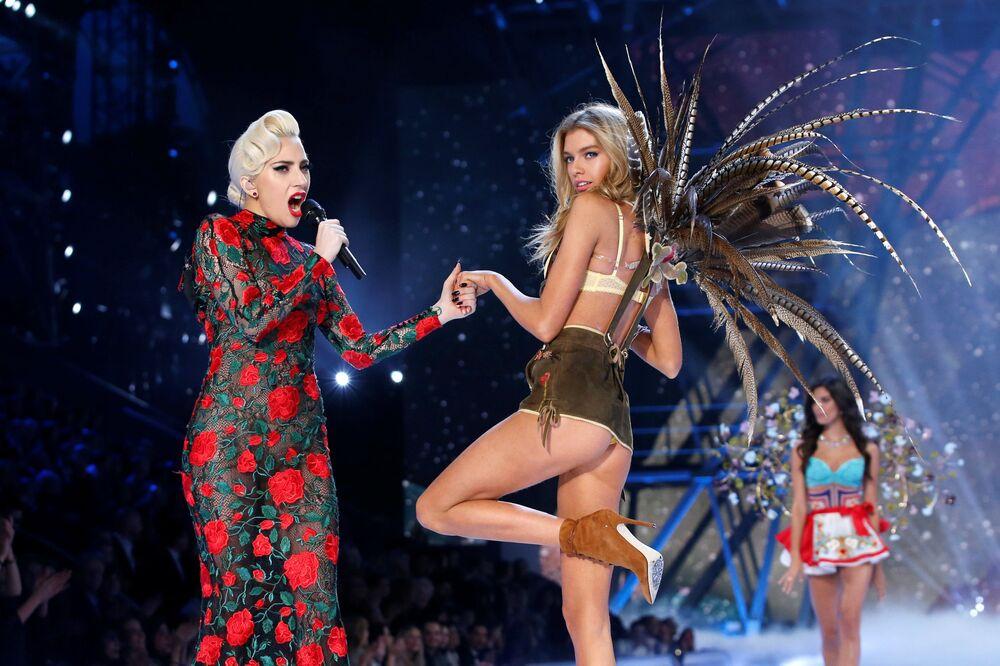 Певица Леди Гага и модель Стелла Максвелл на показе мод в рамках шоу Victoria's Secret 2016 в Париже