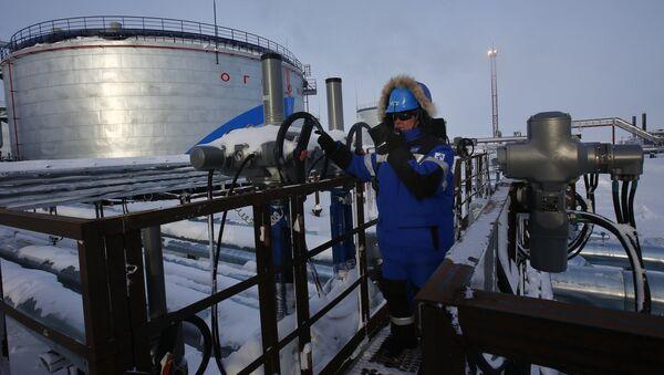 Rusya'da Gazprom'a ait bir petrol tesisinde çalışan bir işçi - Sputnik Türkiye