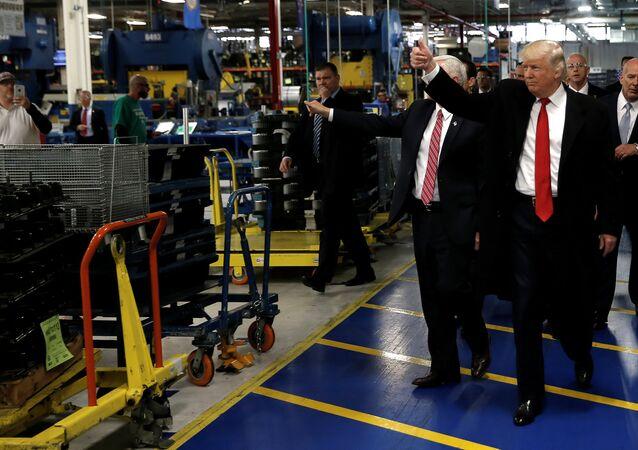 ABD başkanı Donald Trump Indiana'daki Carrier fabrikasında