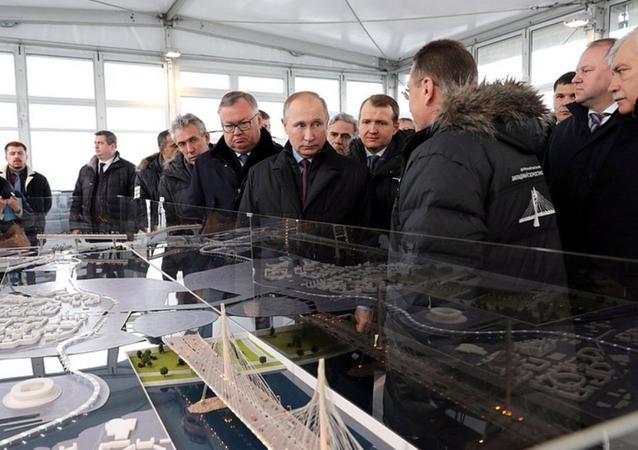 Vladimir Putin Türk ve İtalyan inşaat mühendis ve işçilerle de bir araya geldi.