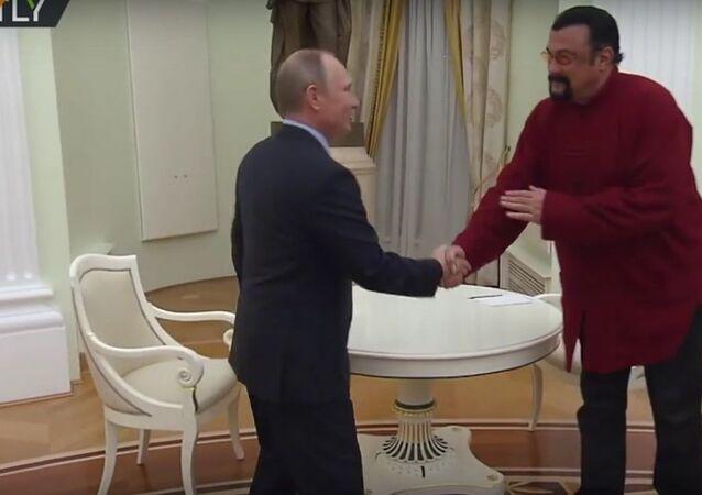 Rus pasaportu alan ünlüler