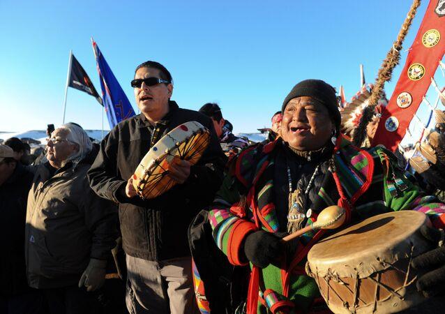 Standing Rock Kabilesi Şefi 2. Dave Archambault (solda) ve diğer eylemciler kararın ardından kutlama yaptı