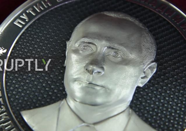 Rusya'nın Çelyabinsk Bölgesi'ndeki Zlatoust kentinde Rusya Devlet Başkanı Vladimir Putin'in siluetinin yer aldığı 1 kilo ağırlığında som gümüşten bir hatıra parası yapıldı.