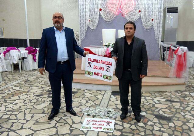 Mersin'in Erdemli ilçesinde Cumhurbaşkanı Erdoğan'ın vatandaşlara 'Elinizdeki dolarları bozdurun' çağrısı üzerine düğün salonu sahipleri de başlattığı kampanya ile destek verdi.