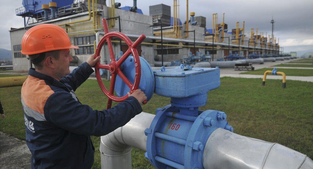 Ukrayna'daki petrol istasyonunda çalışan bir işçi