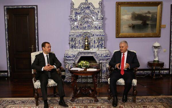 Başbakan Binali Yıldırım, Rusya'ya gerçekleştirdiği resmi ziyaret kapsamında mevkidaşı Dmitriy Medvedev ile bir araya geldi. - Sputnik Türkiye