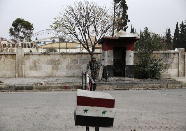 Halep'teki kontrol noktasında bekleyen Suriye ordusu askeri