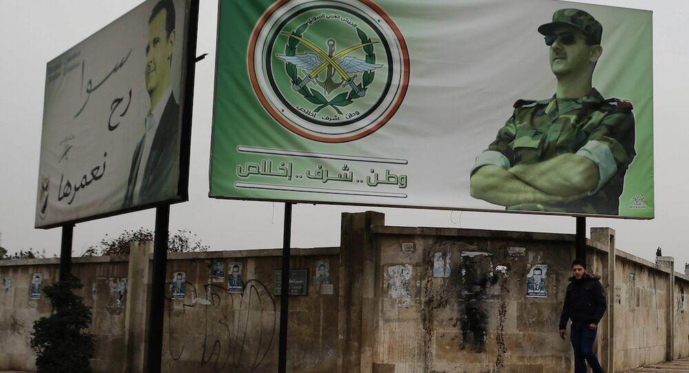 Suriye Devlet Başkanı Beşar Esad'ın fotoğrafının yer aldığı bir reklam panosu, Halep.