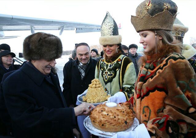 Başbakan Yıldırım'a tuz ve ekmek ikram edildi.