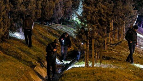 Polis ekipleri, silahlı saldırı girişimi sonrası yol kenarında incelemelerde bulundu. - Sputnik Türkiye