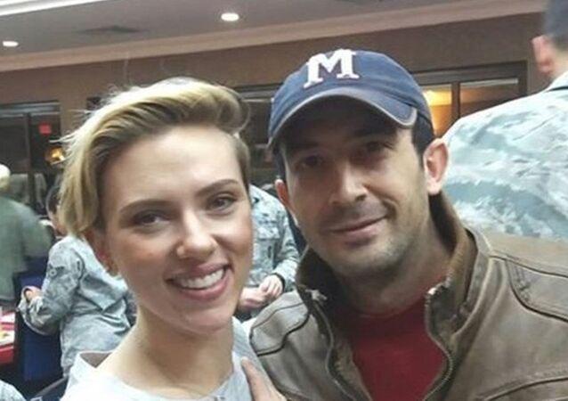 Amerikalı ünlü oyuncu Scarlett Johansson ve Chris Evans Amerikan askerlerine moral vermek için Adana'da bulunan İncirlik Hava Üssü'ne geldi. Adanalı bir genç de, üsse girerek ünlülerle fotoğraf çektirip sosyal medyada paylaştı.