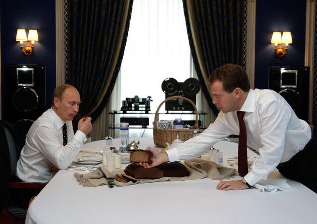 Rusya Devlet Başkanı Vladimir Putin ve Başbakan Dimitriy Medvedev (2010)