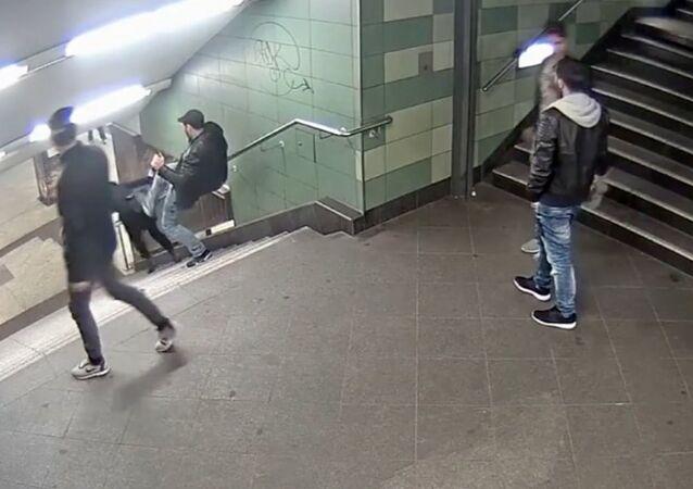 Berlin'deki kadına tekmeli saldırı