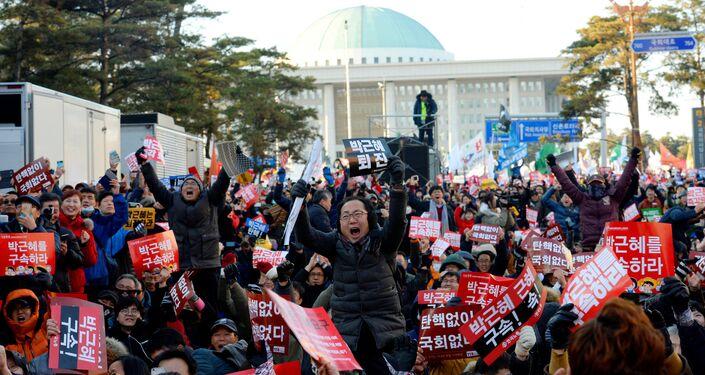 Güney Kore Devlet Başkanı Park hakkındaki azil kararına sevinen eylemciler